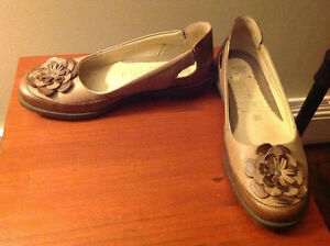 Ladies size 6 Milano Suave leather shoes