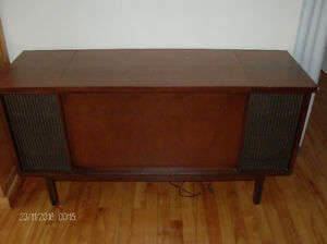 Vintage Westinghouse Vinyl Turntable/Radio Solid Wood Cabinet