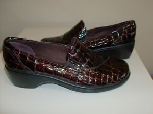 NEW Clark Woman's Shoes - Size 9    Super Comfortable