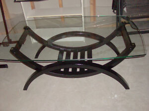 GLASS TOP COFFEE TABLE IN EXCELLENT CONDITION
