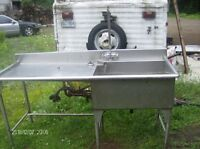 tres grand lavabo commercial en stainless,