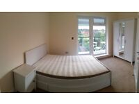 Large Double room with balcony best offer for October next to the city (Liverpool Street / Mile End)