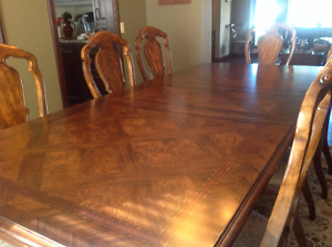 Gorgeous Dining Table/8chairs & matching Hutch