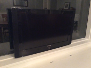 "Samsung 32"" LCD including wall mount"