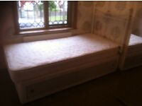 Singe bed in excellent condition,