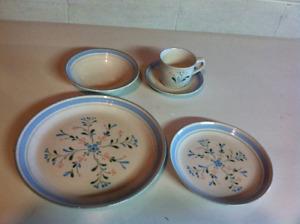 8 Piece Setting Dinnerware Set For Sale