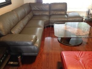 A LIKE NEW CONDITION LEATHER LIVING ROOM SET