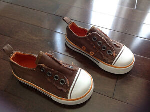 OLD NAVY TODDLER BOY SLIP-ON SNEAKER - SIZE 5 (6-12 MONTHS)