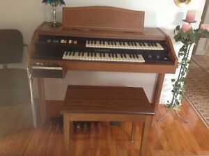 Hammond Organ/Orgue with rythm box $150.00