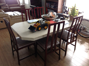 Table en marbre et 6 chaises