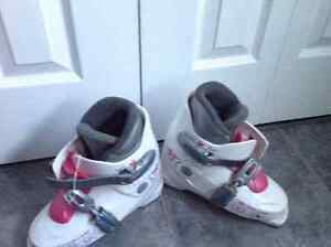 Girls white and pink size 4.5 downhill ski boots