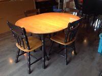 Table salle à manger avec 4 chaises, un buffet et un tabouret