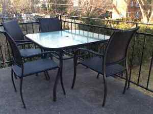Ensemble table et 4 chaises de patio