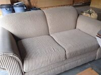 Compact two-person couch, modern and discrete design