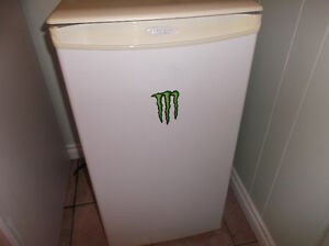SMALL APARTMENT-SIZED REFRIGERATOR