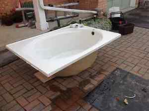 large bath tub $100.00 or best offer also King box spring 100.00 Peterborough Peterborough Area image 1