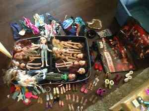 14 BRATZ DOLLS w/ carrycase and lots of accessories 70.00 OBO