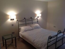 double bedroom with en-suite close to station, shops and restaurants