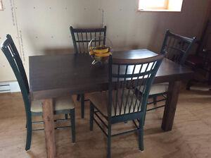 table de cuisine neuve avec 4 chaises