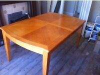 Solid wooden extendable table