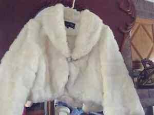 Manteau  fourrure de lapin blanc attache sertie de pierre