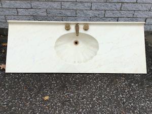 comptoir et lavabo moulé incluant robinetterie