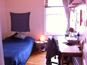 Seeking roommate July 1st- Sunny appartment, Laurier metro-340$