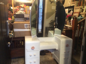 Lovely White Vanity / Dresser With Tri Mirrors And Six Drawers