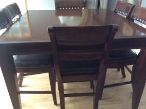 Table bistro avec huit chaises
