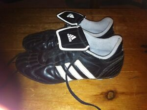 Soccer shoes. Adidas size 5.5 London Ontario image 2