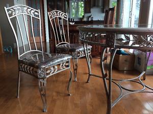 Table ronde en métal et verre avec 4 chaises