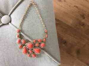 Collier - Neuf couleur corail orangé