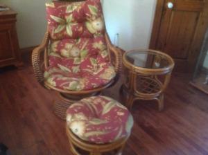 Chaise en rotin  avec pouffe et table excellente condition .
