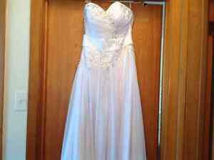 Brand new wedding dress (fits US size 6)