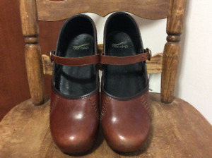 dansko shoes in mint condition, gorgeous brownish-red, size 39