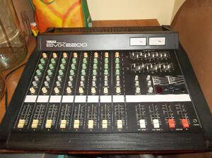 Console amplifiée Yamaha emx 2200  ( prix reviser.)