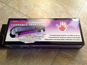 Portable counterfeit currency detector