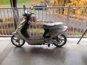 Scooteur électrique argenté