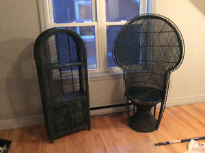 Chaises et bibliothèque en osier et table de chevet en melamine