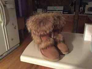 LADIES UGG BOOTS -AUTHENTIC  Size 9
