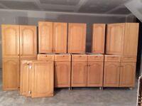 Armoires de cuisine avec portes en chêne massif.