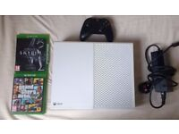 Xbox One In White 500GB / With GTA V & Skyrim Special Edition