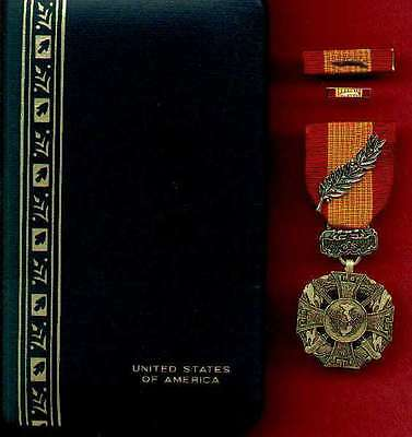 Vietnam Cross of Gallantry medal cased set with palm device with ribbon bar