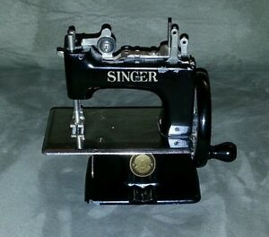 singer mini sewing machine ebay. Black Bedroom Furniture Sets. Home Design Ideas