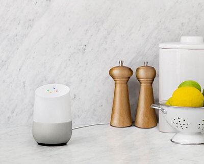 Keine Knöpfe: Google Home funktioniert allein über Sprachsteuerung. (© Google)