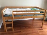 Petit lit simple mezzanine en bois naturel Ikea