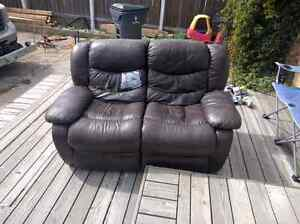 Love seat free!! Just come pick it up. Or 20$ &delivered