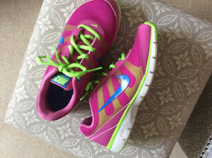 BRAND NEW- NIKE AIR RUNNING SHOES - SIZE 6.5 Strathcona County Edmonton Area image 3