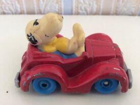 Snoopy in a car