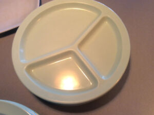 Funky cool vintage summer camp (camping) dishes.  Vaiselle